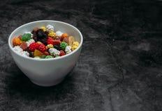 Las frutas secadas en la tabla imagen de archivo