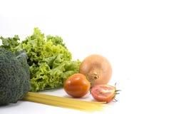 Las frutas y verduras aislaron la materia prima de la comida en el fondo blanco Imagen de archivo