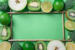 Las frutas y verduras enmarcan en un fondo verde Wi antedichos de la visión imagen de archivo libre de regalías
