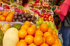 Las frutas y verduras frescas, el comprador eligen la fruta en el mercado foto de archivo libre de regalías