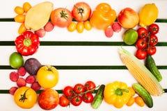 Las frutas y verduras jugosas en un círculo en los tableros blancos apoyan Imagen de archivo libre de regalías