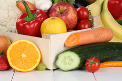 Las frutas y verduras les gustan las naranjas, manzana en caja de madera Imagen de archivo libre de regalías