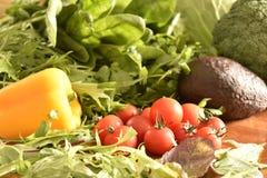 Las frutas y verduras les gustan los tomates, paprika amarillo, bróculi, perejil todavía dispuesto en un grupo, vida natural para Imagenes de archivo