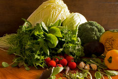Las frutas y verduras les gustan los tomates, paprika amarillo, bróculi, perejil todavía dispuesto en un grupo, vida natural para Imagen de archivo libre de regalías