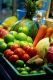 Las frutas y verduras se colocan en una bandeja para el jugo en mercado foto de archivo libre de regalías