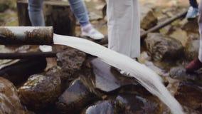Las fuentes de agua del metal oxidado instalan tubos el wellspring del rastro de montaña almacen de metraje de vídeo