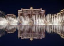 Las fuentes de Bellagio en la noche, Las Vegas Blvd en la noche fotografía de archivo libre de regalías