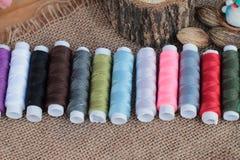 Las fuentes de costura, tijeras roscan con y las tijeras Foto de archivo libre de regalías