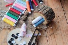 Las fuentes de costura, tijeras roscan con y las tijeras Foto de archivo