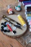 Las fuentes de costura, tijeras roscan con y las tijeras Fotos de archivo libres de regalías