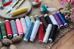 Las fuentes de costura, tijeras roscan con y las tijeras Fotografía de archivo
