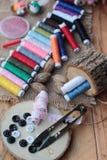 Las fuentes de costura, tijeras roscan con y las tijeras Fotos de archivo