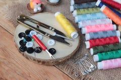 Las fuentes de costura, tijeras roscan con y las tijeras Imagenes de archivo