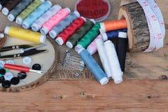 Las fuentes de costura, tijeras roscan con y las tijeras Imagen de archivo libre de regalías