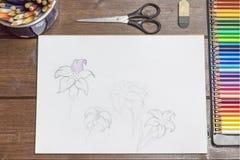 Las fuentes de dibujo están mintiendo en el escritorio de madera Fotos de archivo