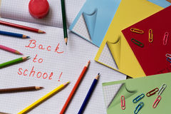 Las fuentes de escuela en el cuaderno cubren en una jaula Fotografía de archivo libre de regalías