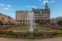 Las fuentes de Peterhof son las atracciones turísticas más famosas de una Rusia Imágenes de archivo libres de regalías