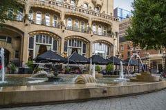 Las fuentes delante del hotel americano Amsterdam en el cuadrado de Leidse - AMSTERDAM - LOS PAÍSES BAJOS - 20 de julio de 2017 Fotos de archivo
