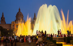 Las fuentes mágicas en la noche de Barcelona, España Imagen de archivo libre de regalías