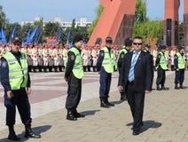 Las fuertes medidas de seguridad como partidarios Favorable-rusos llegan el monumento de Chisinau Imagen de archivo