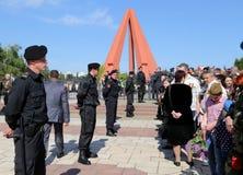 Las fuertes medidas de seguridad como partidarios Favorable-rusos llegan el monumento de Chisinau Imagenes de archivo