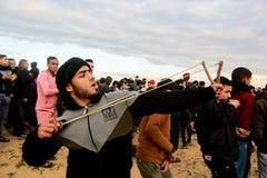 Las fuerzas israelíes intervienen en palestinos durante las demostraciones cerca de la frontera de Gaza-Israel, en la Franja de G imagen de archivo