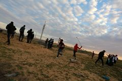 Las fuerzas israelíes intervienen en palestinos durante las demostraciones cerca de la frontera de Gaza-Israel, en la Franja de G fotos de archivo