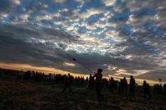 Las fuerzas israelíes intervienen en palestinos durante las demostraciones cerca de la frontera de Gaza-Israel, en la Franja de G imagenes de archivo