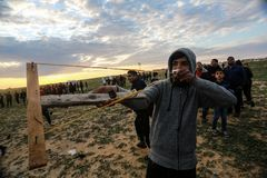 Las fuerzas israelíes intervienen en palestinos durante las demostraciones cerca de la frontera de Gaza-Israel, en la Franja de G foto de archivo libre de regalías