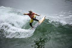 Las furgonetas los E.E.U.U. se abren de la competencia que practica surf Foto de archivo libre de regalías