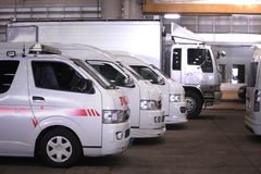 Las furgonetas y el camión están en fila en garaje foto de archivo libre de regalías