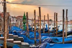 Las góndolas del embarcadero acercan a la plaza San Marco en Venecia en la salida del sol Fotografía de archivo libre de regalías