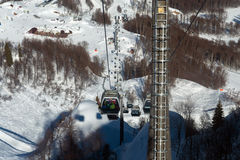 Las góndolas levantan en la estación de esquí de Rosa Khutor, Sochi, Rusia Foto de archivo