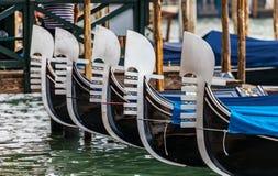 Las góndolas se alinearon en Venecia Italia con el foco en la decoración de la nariz Imagen de archivo