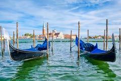 Las góndolas tradicionales acercan a marcas del St ajustan en Venecia Fotos de archivo