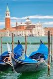 Las góndolas tradicionales acercan a marcas del St ajustan en Venecia Foto de archivo