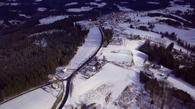 Las, góry, domy i drogi zdala od dużego miasta, austria zima zbiory wideo