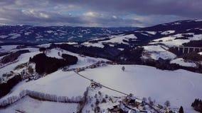 Las, góry, domy i drogi zdala od dużego miasta, austria zima zbiory