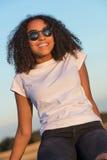 Las gafas de sol adolescentes de la muchacha afroamericana de la raza mixta perfeccionan los dientes Fotos de archivo libres de regalías