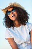 Las gafas de sol adolescentes de la muchacha afroamericana de la raza mixta perfeccionan los dientes Fotografía de archivo libre de regalías