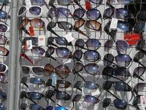 Las gafas de sol almacenan en el aeropuerto en Lisboa Fotos de archivo libres de regalías