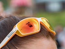Las gafas de sol anaranjadas en el ` s de la muchacha dirigen Los espejos de cristal los alrededores del alto Tatras en Eslovaqui imagen de archivo libre de regalías