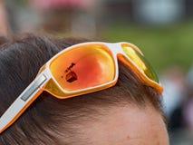 Las gafas de sol anaranjadas en el ` s de la muchacha dirigen Los espejos de cristal los alrededores del alto Tatras en Eslovaqui imagenes de archivo