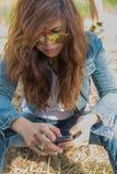 Las gafas de sol de la ropa de mujer del pelo levemente rizado del asiático son el jugar elegante Fotografía de archivo