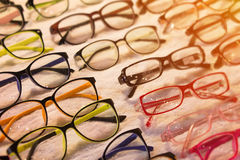 Las gafas de sol hacen compras con descuentos frescos en el adolescente le contemporáneo Foto de archivo libre de regalías