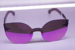 Las gafas de sol hacen compras con tecnología usable lisa y avanzada con imagen de archivo