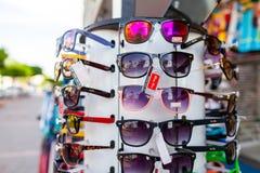 Las gafas de sol de Ray-Ban cuelgan en un soporte foto de archivo libre de regalías