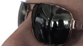 Las gafas de sol se cierran para arriba en el autobús almacen de video
