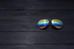 Las gafas de sol tipo aviador del verano con las lentes duplicadas del color hicieron del vidrio en un marco met?lico del color o fotografía de archivo