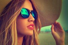Las gafas de sol y Pamela adolescentes rubias de la muchacha asolean el sombrero Foto de archivo
